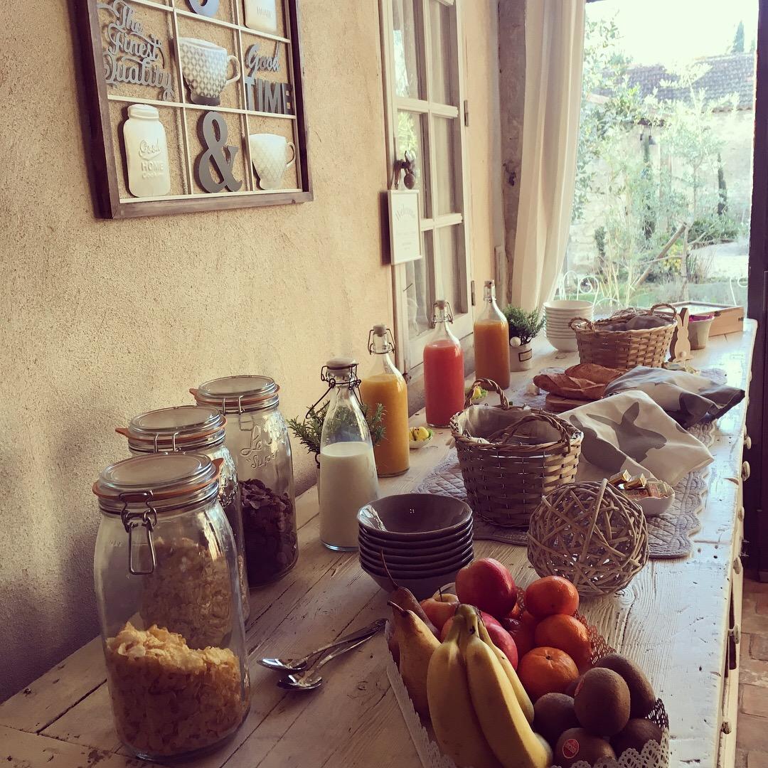 Breakfast-La-Bastide-des-Songes-Chambres-d-hotes-Luberon-Vaucluse-Robion-Gordes-Cavaillon-Avignon