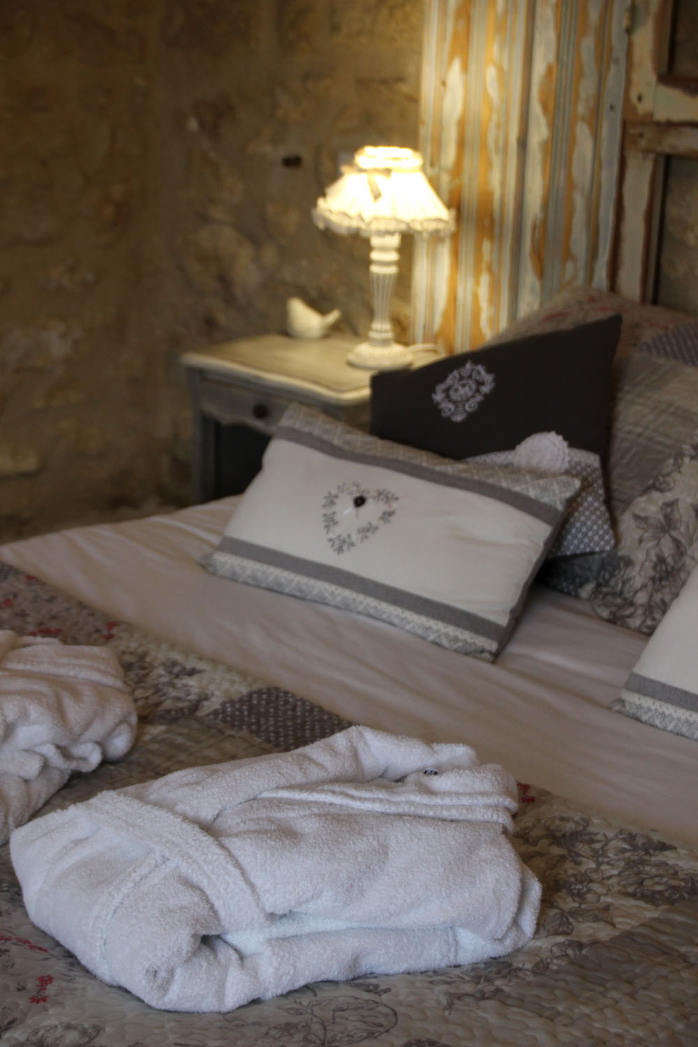 la bastide des dreamses - bed and breakfast - provence - luberon - robion - cotton flower - bed