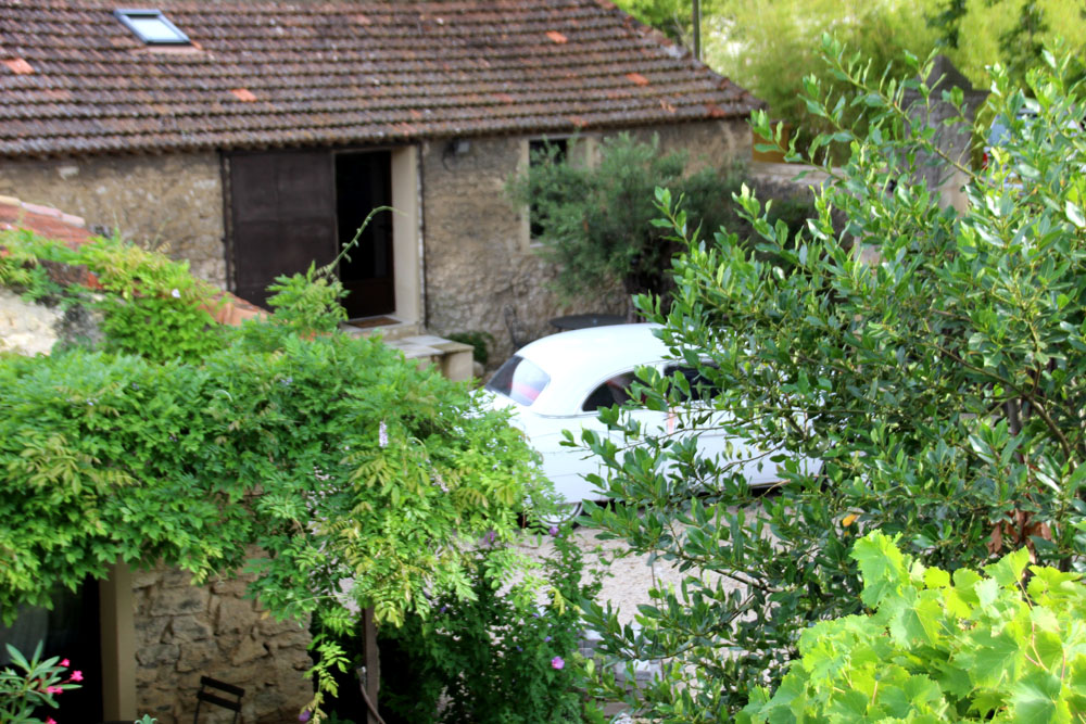 la bastide des songes - bed and breakfast - provence - luberon - robion - courtyard view