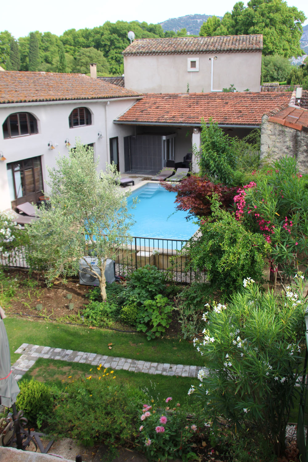 la bastide des songes - bed and breakfast - provence - luberon - robion - pool view