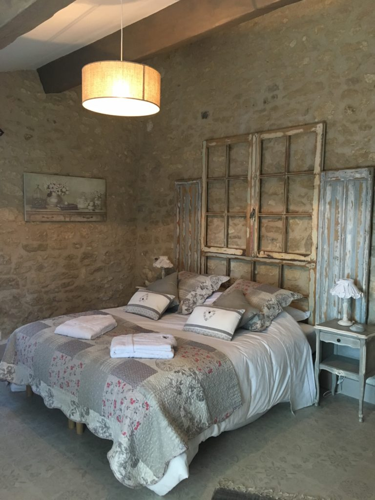 la bastide des songes - bed and breakfast - luberon - provence - gordes - isle sur la sorgue - avignon - spa - jacuzzi - heated swimming pool - bed and breakfast - charming bed and breakfast - cotton flower room - deco