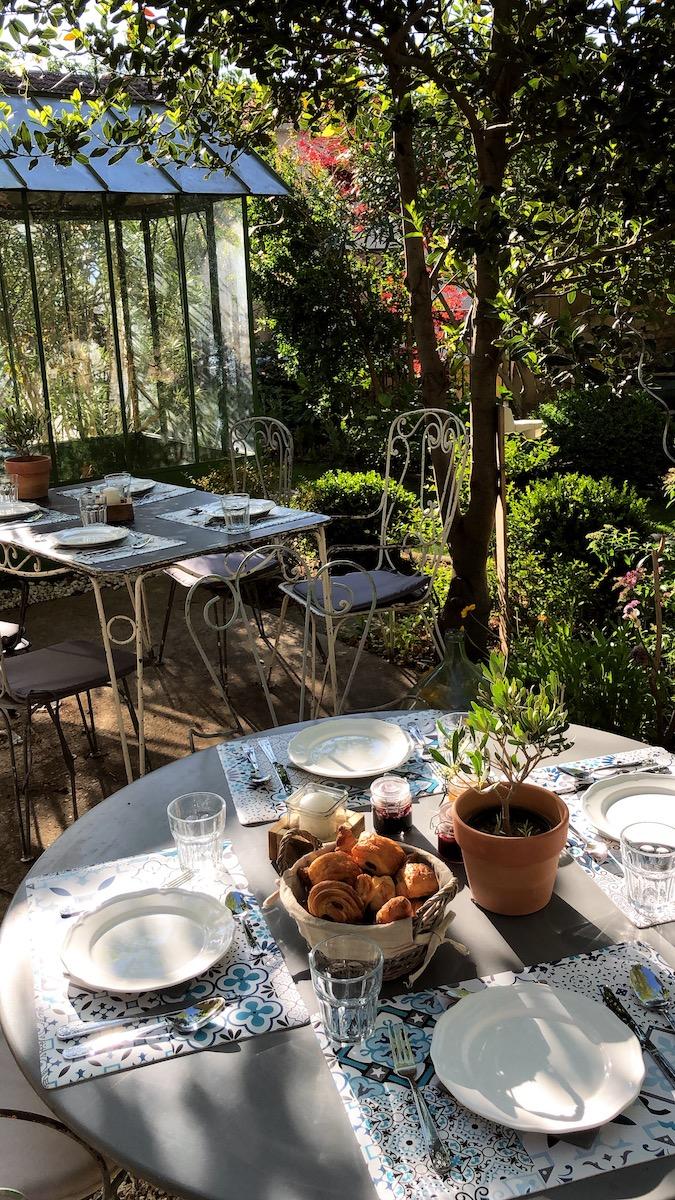 la bastide des songes - chambre d'hotes - luberon - provence - gordes - isle sur la sorgue - avignon - spa - jacuzzi - piscine chauffée - bed and breakfast - chambre d'hotes de charme - petit déjeuner en extérieur - jardin