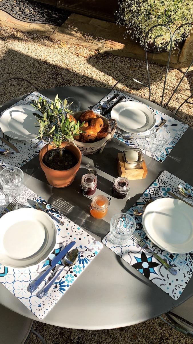 la bastide des songes - chambre d'hotes - luberon - provence - gordes - isle sur la sorgue - avignon - spa - jacuzzi - piscine chauffée - bed and breakfast - chambre d'hotes de charme - table petit déjeuner jardin