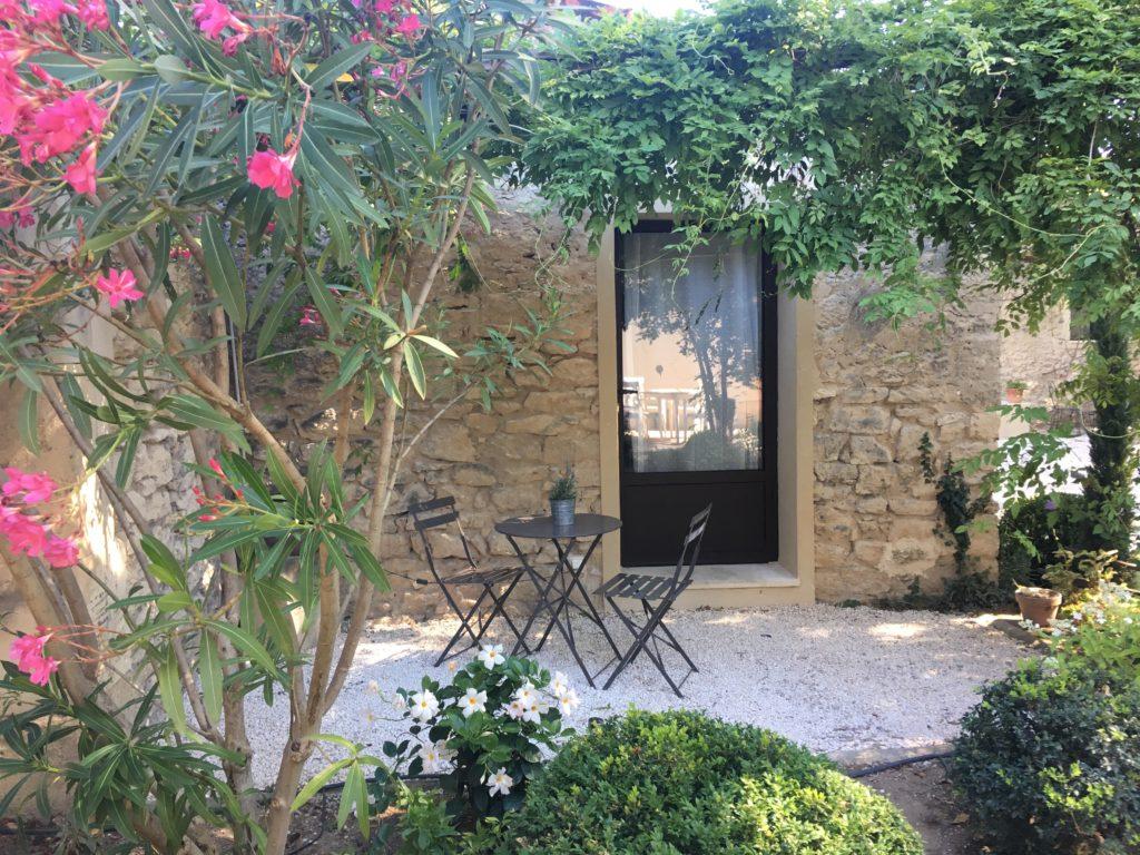 la bastide des songes - luberon - provence - gordes - isle sur la sorgue - jacuzzi - piscine chauffée - bed and breakfast - chambre d'hotes de charme - chambre fleur de coton- terrasse fleurie