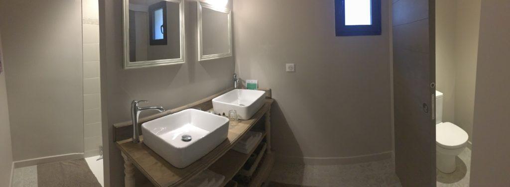 la bastide des songes - chambre d'hotes - luberon - provence - gordes - isle sur la sorgue - avignon - spa - jacuzzi - piscine chauffée - bed and breakfast - chambre d'hotes de charme - chambre fleur de coton- salle d'eau