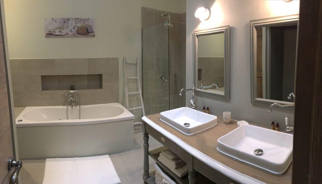 la bastide des songes - luberon - provence - gordes - isle sur la sorgue - jacuzzi - piscine chauffée - bed and breakfast - chambre d'hotes de charme - suite balneo - dentelle - lune de miel - salle de bain