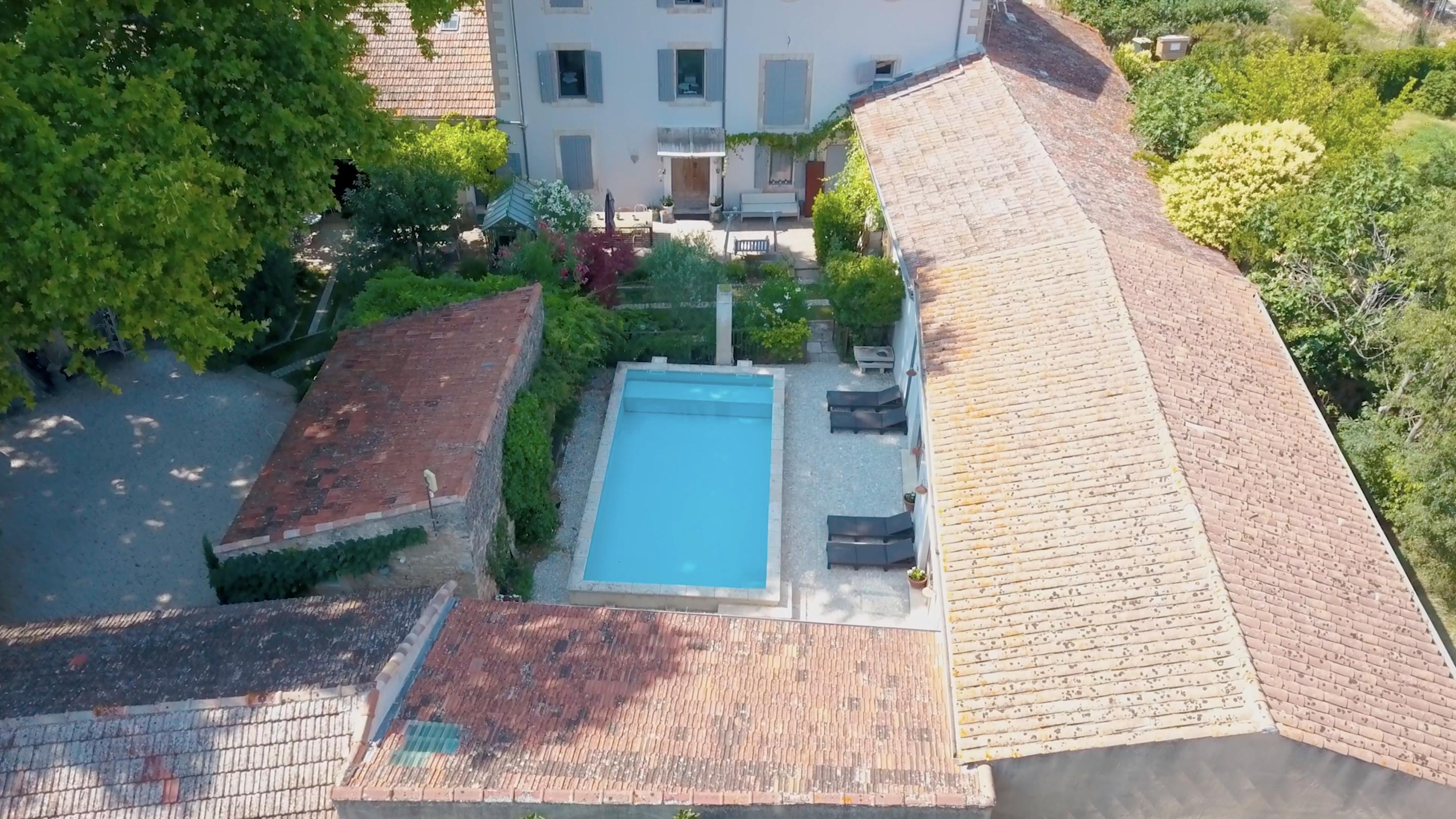 la bastide des songes - chambre hotes - luberon - provence - gordes - roussillon - isle sur sorgue - vue drone piscine et façade
